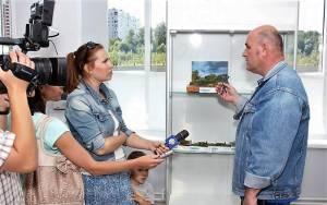 Аркадий Желудев дает интервью тележурналисту