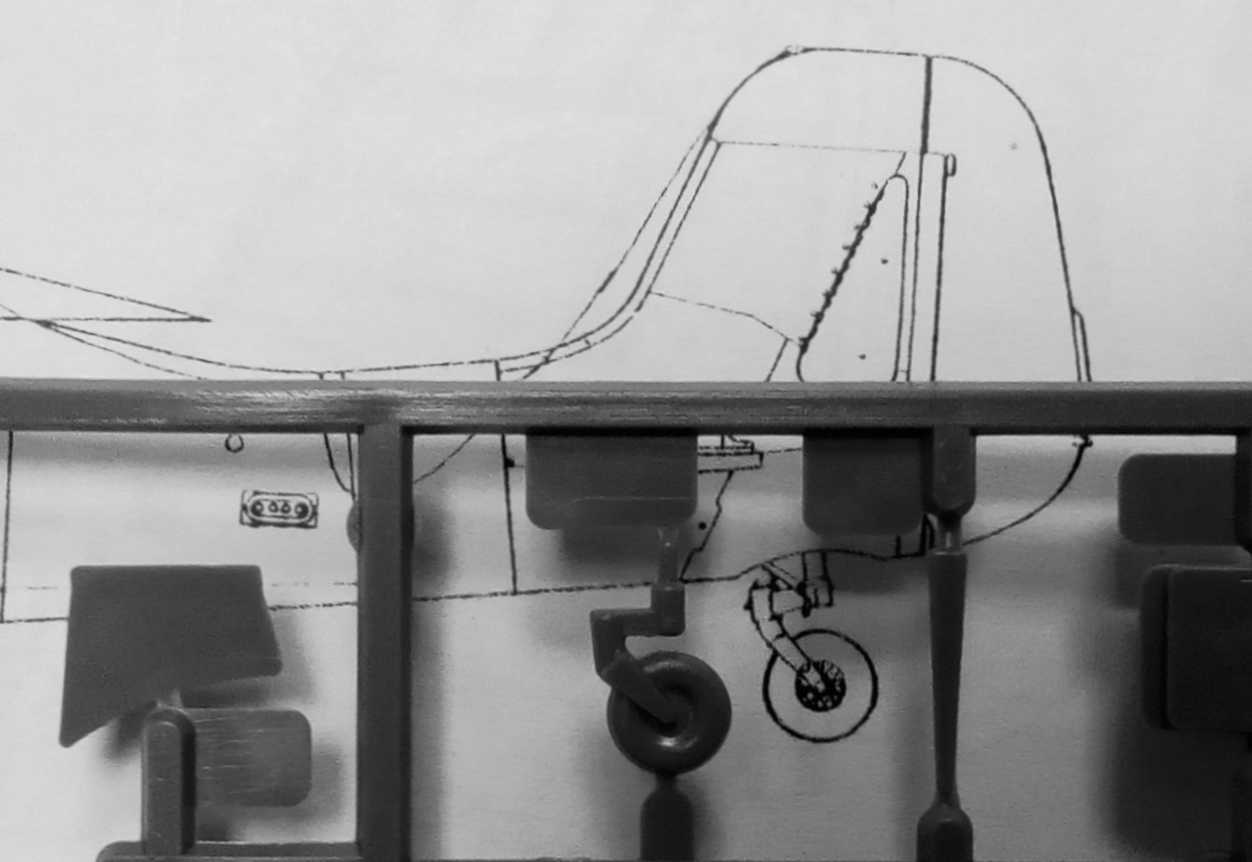 "26967bf340e4 Сравнение правой половины фюзеляжа модели Ta-152H от FROG с чертежами из  монографии ""Fw 190 D   Ta152"" (""Monografie Lotnicze 21"", Marian Krzyzan)."